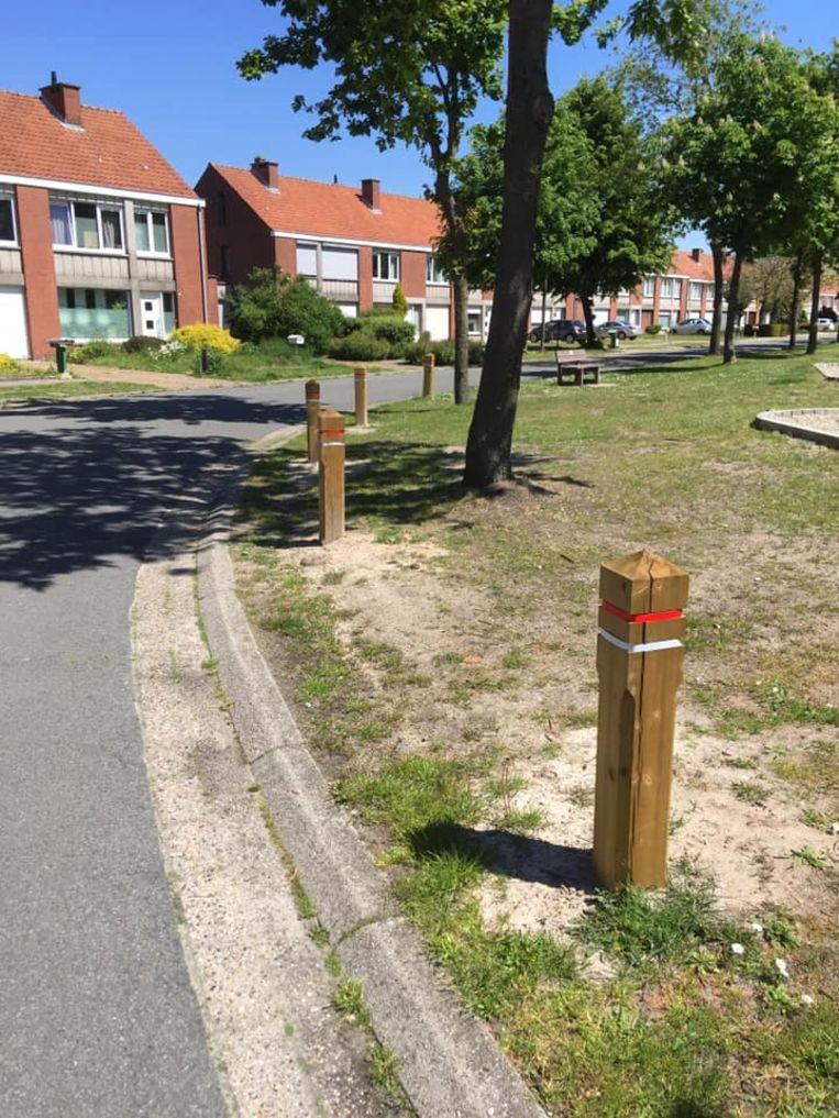 Er werden ook al paaltjes geplaatst om de grasberm te beschermen.