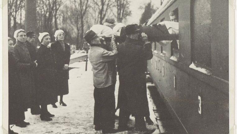 Evacuatie van de psychiatrische inrichting in Santpoort naar de Willem Antsz Hoeve in Den Dolder in januari 1943. Beeld Altrecht