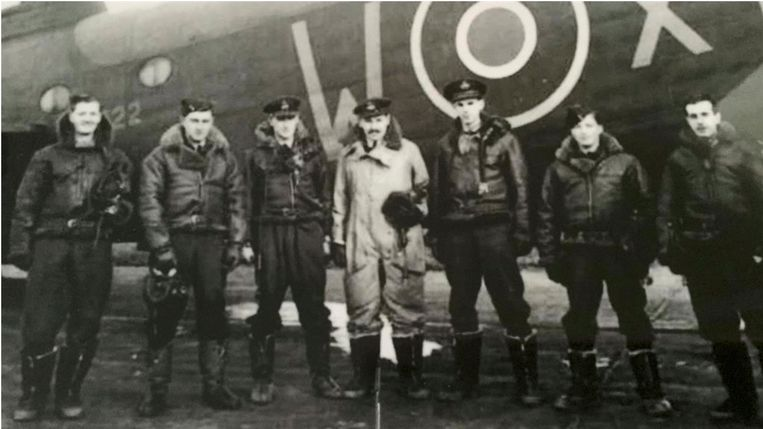 Zeven bemanningsleden, onder wie Sgt Leonard Shrubsall (rechts), keerden aan boord van de Short Stirling terug van een bombardement op Berlijn, toen het toestel werd neergehaald door een Duitse nachtjager. Beeld familiealbum
