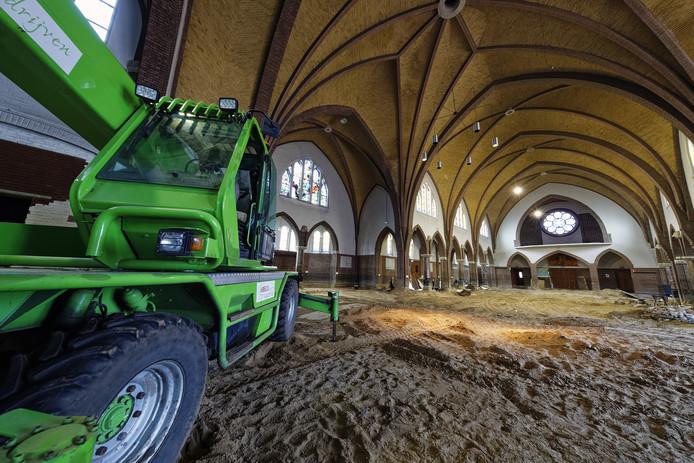 De kerkbanken zijn al verdwenen uit de oude kerk van Boschweg in Schijndel. De kerk wordt verbouwd tot 33 zorgwoningen.