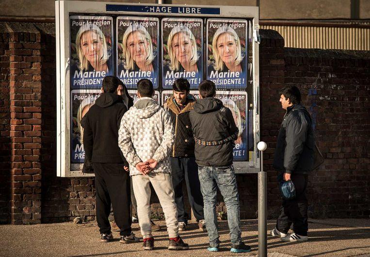 Jongeren bij posters van Front National. Beeld afp