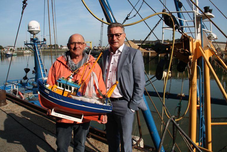 Nieuwpoort ontvangt minister Koen Van Den Heuvel naar aanleiding van het verbod op pulsvisserij in een deel van de Noordzee. Gepensioneerde visser Daniël Moeyaert geeft hem een miniatuur van de Surcouf.