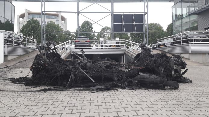 Van de BMW is resteert woensdagmorgen niet meer dan een zwartgeblakerd wrak.