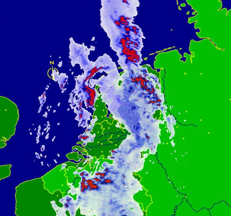 De buien boven Nederland rond 23.30 uur. Beeld