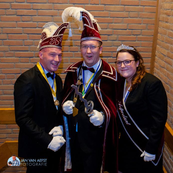 De nieuwe prins geflankeerd door zijn Hulp-Adjudant en Adjudante