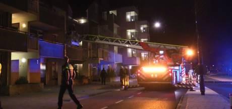 Brandweer bevrijdt bewoner uit brandend appartement in Enschede