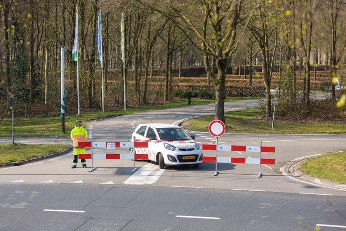 Verkeersregels hielden overal langs de toegangswegen bezoekers tegen.