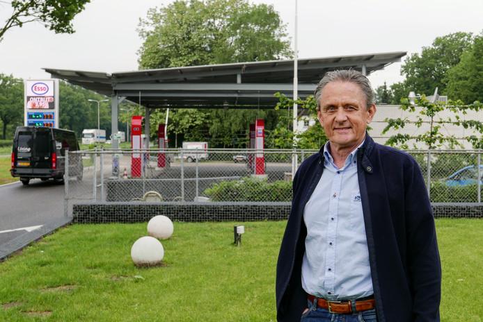 Helvoirtenaar Clemens van Hulten bij zijn tankstation waarvan het dak vol zonnepanelen ligt.