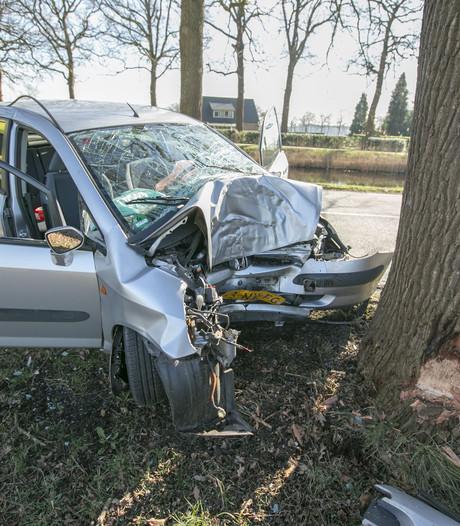 Auto ramt boom in Eerbeek: bestuurster gewond