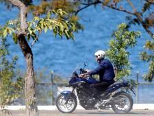 Contaminé par le Covid, Bolsonaro se promène à moto et discute sans masque