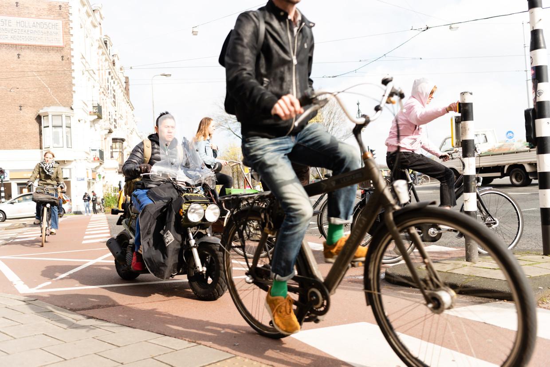 Met ingang van maandag moet dit voorbij zijn: snorscooters op het fietspad in Amsterdam. Beeld Katja Poelwijk
