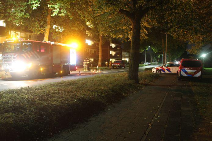De brandweer bij het gebouw aan de Grotestraat.
