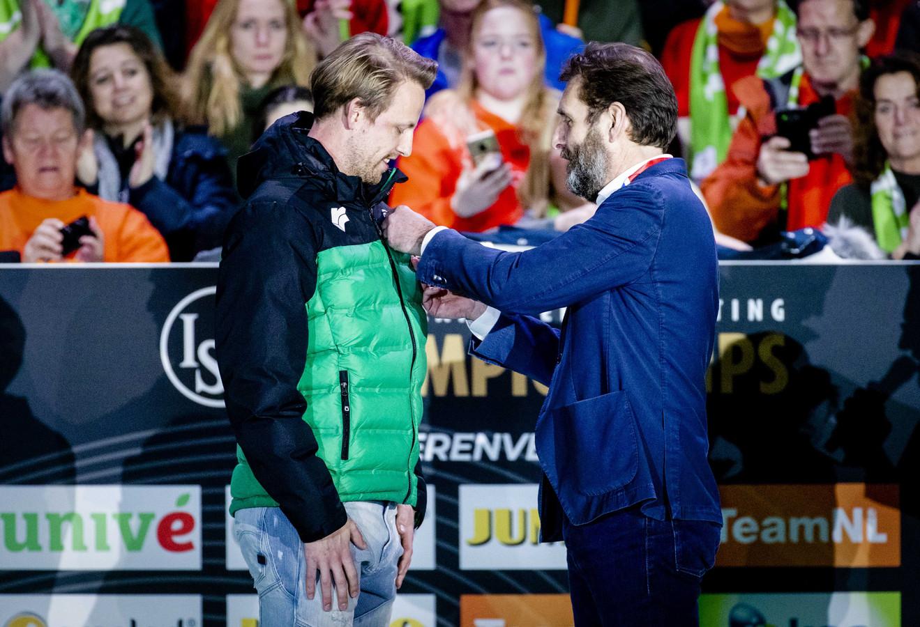 Michel Mulder neemt afscheid van de schaatssport. Hij ontving de Gouden Speld van de KNSB.