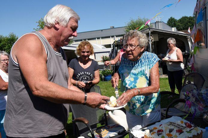 Feest op Camping Batestein. Mevrouw Mena van Hoften komt hier al 50 jaar.