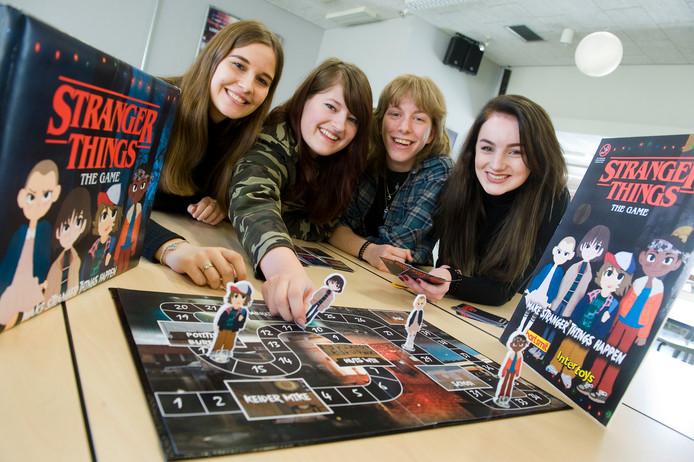 De studenten met hun Stranger Things bordspel