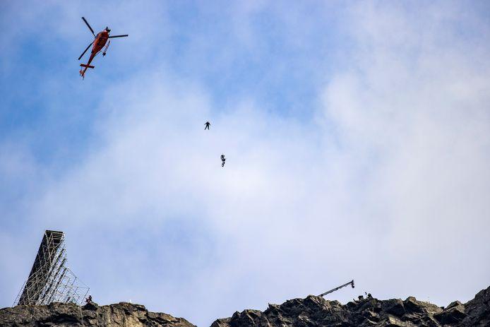 """L'acteur américain Tom Cruise saute avec une moto dans le vide pendant le tournage du nouveau volet de """"Mission"""" : Mission : Impossible"""", à Hellesylt, Norvège, ce 6 septembre 2020."""