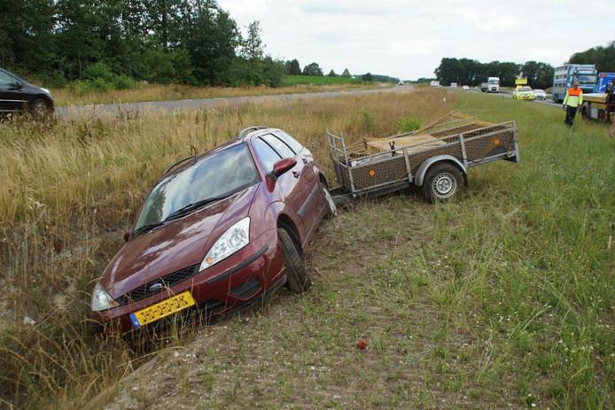Een bergingsbedrijf heeft de auto met aanhanger uit de sloot gehaald en afgesleept.