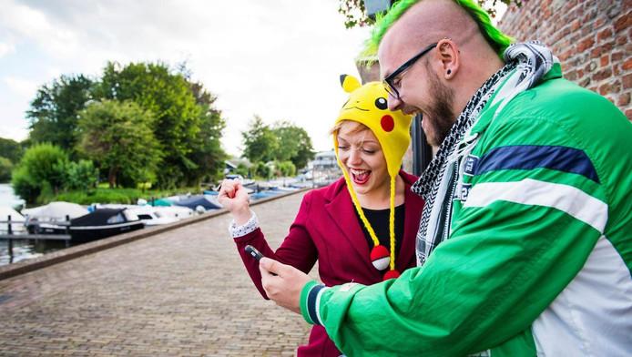 Gamers spelen het mobiele spel Pokemon Go, waarin spelers met hun smartphone moeten rondlopen om Pokemon te vangen.