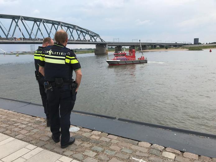 In de Waal bij Nijmegen zocht de politie gisteren enkele uren naar een te water geraakt persoon.