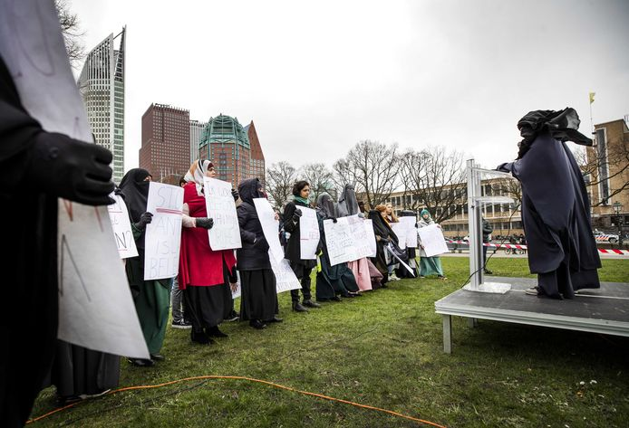 Betogers met gezichtsbedekkende kleding tijdens hun protest op de Haagse Koekamp tegen het niqabverbod.