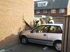 Auto boort zich in woning in Wezep