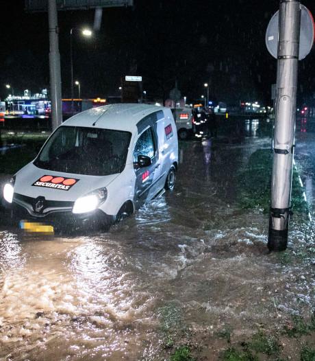 Auto zakt in zinkgat na gesprongen waterleiding in Arnhem