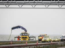 Auto raakt te water op Afsluitdijk, automobiliste overleden