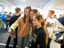 Voice of Holland-finaliste Emma brengt samen met Waylon bezoekje aan haar eigen school in Almelo