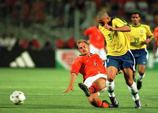 Frank de Boer in duel met Ronaldo.