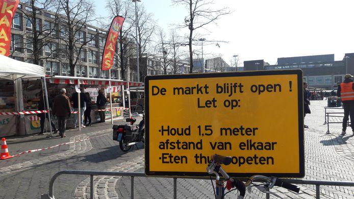 Gebodsbord met spelregels voor bezoek aan de markt in Arnhem tijdens de coronacrisis.