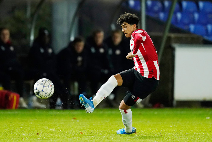 Richie Ledezma in actie voor Jong PSV, tijdens het duel met Roda JC.