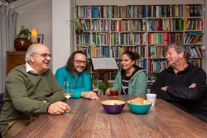 Maarten Stalpers, Richard Jungbeker, Saskia Nolten en Henk Loman halen samen herinneringen op aan de vorige maand overleden Bergse muzikant Alfons Nolten.