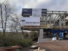 Bekijk hier hoe nieuwe vleugel Museum Arnhem langzaam naar de afgrond schuift