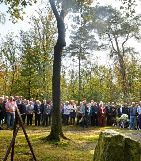 Kranslegging bij monument voor gefusilleerde kampgevangenen in Woudenberg