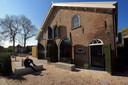 Eigenaar Rien Slagter zit voor het opgeknapte oude koetshuis in Roosendaal.