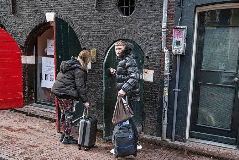 Toeristen arriveren bij een adres in het Centrum. Beeld Guus Dubbelman / de Volkskrant