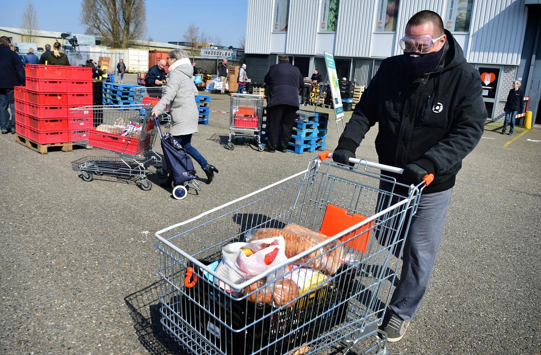 Het terrein van de voedselbank in Deventer. De nieuwe aanwas van vrijwilligers is daar nu groter dan de uitval (zo'n 10 procent). Beeld Marcel van den Bergh / de Volkskrant