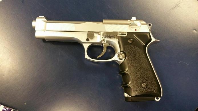 Het nepwapen dat de politie van de jongen in beslag heeft genomen.
