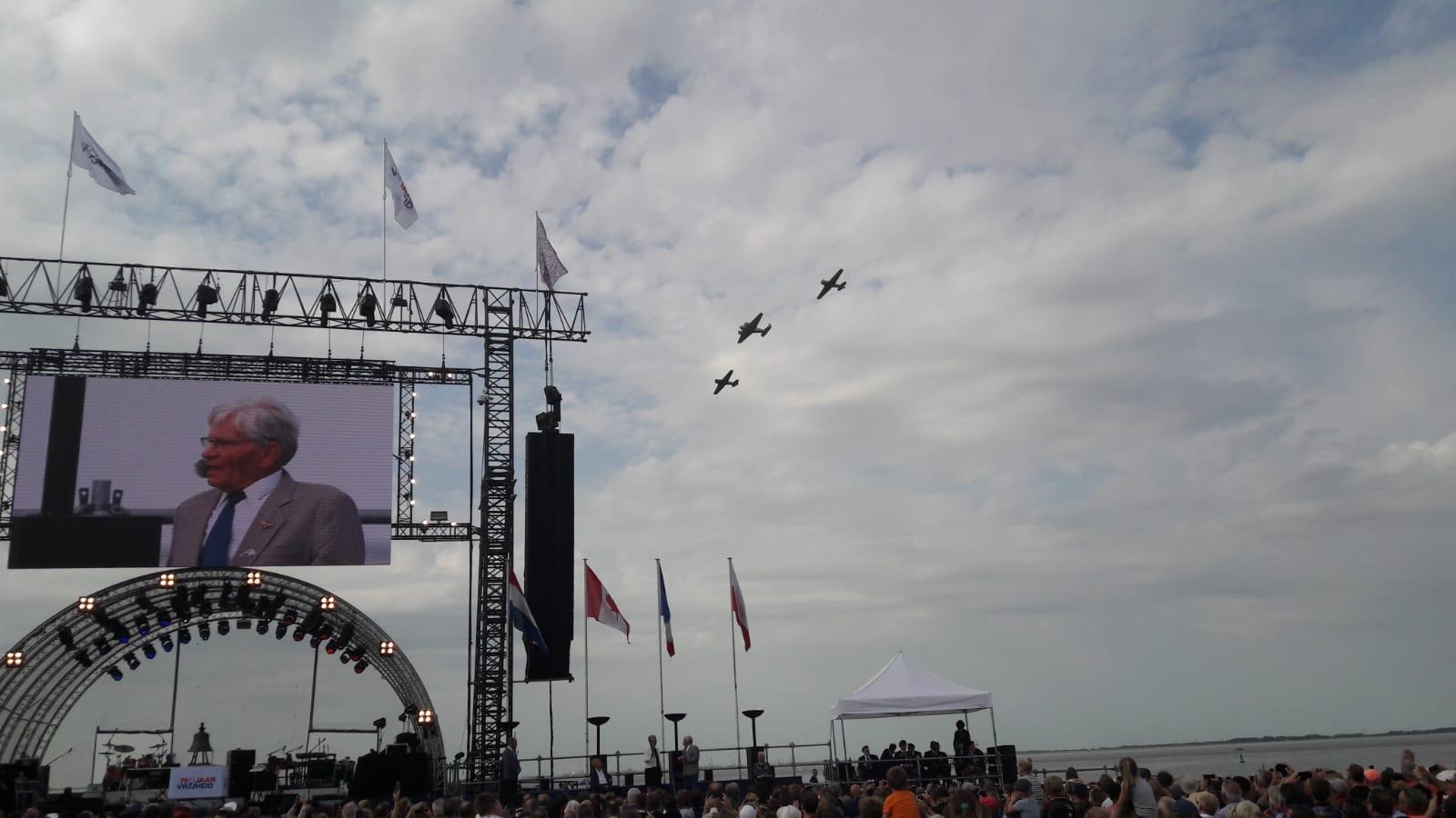 Vliegtuigen scheren langs de Scheldeboulevard.