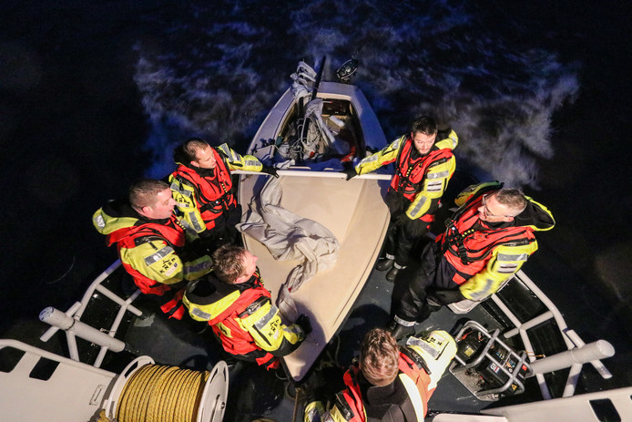 Nadat ze twee jongen terug aan land hadden gebracht, zorgde de KNRM uit Urk voor het bergen van het bootje waarmee de twee waren omgeslagen.