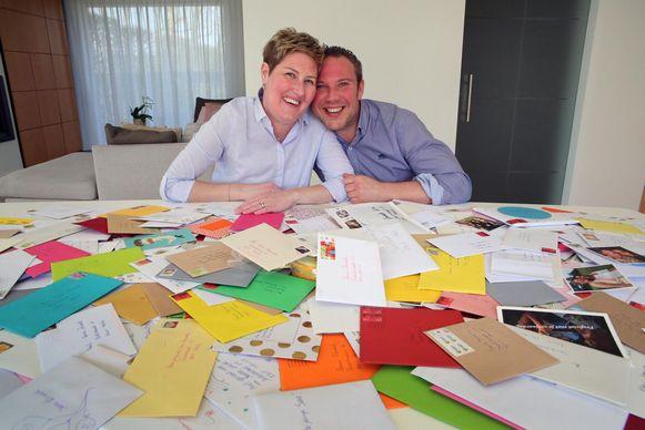 """Sara Dewaele, de echtgenote van de Kortrijkse toppatissier Niek Bossaert, is blij verrast met de kaartjes die ze kreeg. """"Plezant hé? Ik steek ze allemaal in een album"""", glundert ze."""