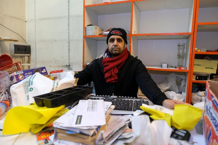 Muhammad Sajid Khan in zijn vernielde winkel. De uitbater is de wanhoop nabij.