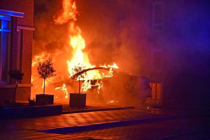 Twee auto's op een oprit aan de Emmastraat in Sint Willebrord gingen in vlammen op.