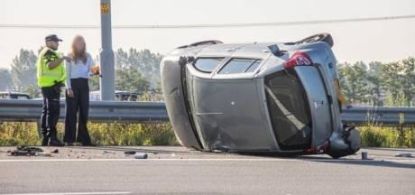 Auto belandt op z'n kant na ongeluk op A2