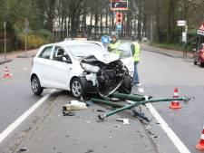 Automobilist botst op lantaarnpaal in Soest