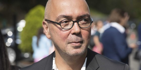 NPO-topman Frans Klein bestuurde een omstreden brievenbusfirma om zijn broer te helpen