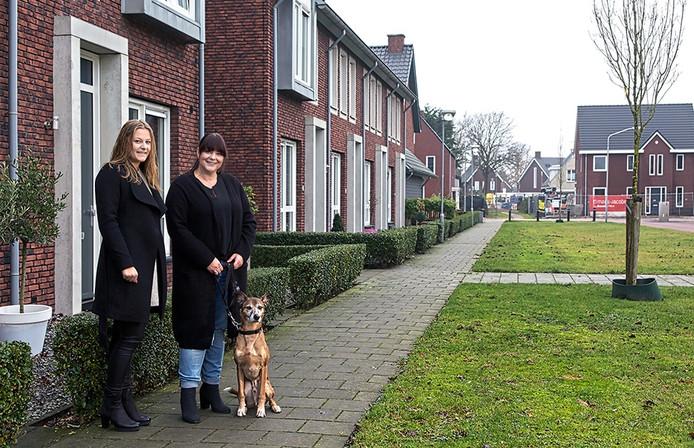 Monique Linssen met dochter Carmen en de hond voor de deur van hun huis in de nieuwe Madese wijk Prinsenpolder. Foto Johan Wouters / Pix4Profs