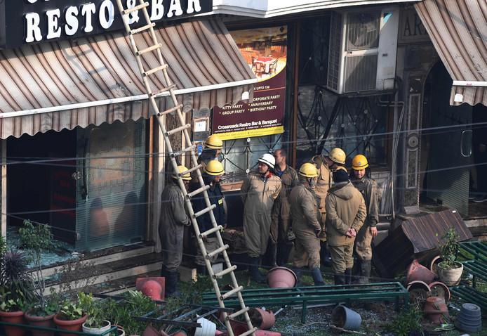De brandweer doet onderzoek bij het pand.