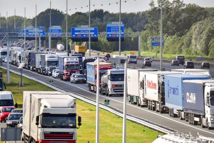 BREDA - Vrachtwagens op de A16 in de richting van Breda.