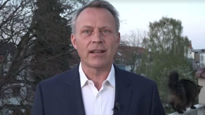 Kat verstoort op hilarische wijze Nederlands journaal